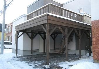 2階ガレージ上のウッドデッキ.png
