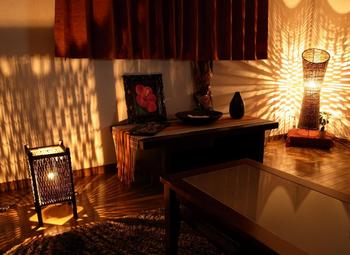 アジアンテイストの家具があるいい雰囲気の部屋.png