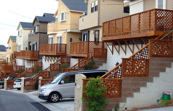 ウッドデッキの外観の家が立ち並ぶ街.png