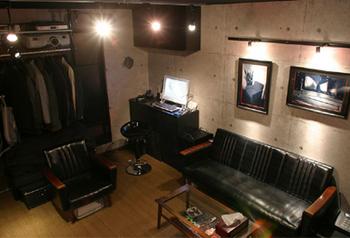 カフェというか地下にあるバーみたいな内装の部屋だね.png