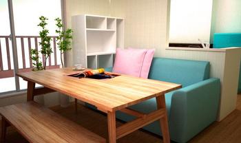 カフェにありそうな木のテーブルがいい感じに雰囲気をだしているリビングインテリア.png