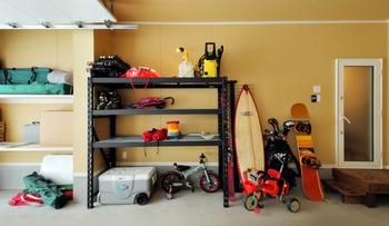 ガレージ内には遊び道具がいっぱい.png