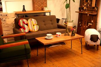 ソファにあるクッションがおしゃれなカフェ風インテリア.png