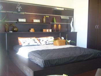 ベッドの上の棚がおしゃれすぎる寝室.png