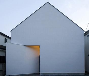 三角屋根の入口の構造が気になる家.png