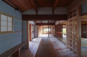 伝統構法の家の内観.png