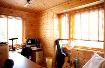北欧風パイン材の内壁の部屋.png