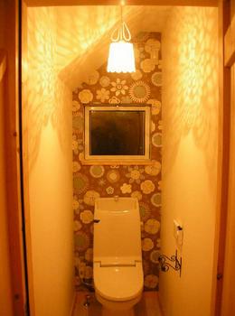 可愛らしいアンティークインテリアのトイレ.png
