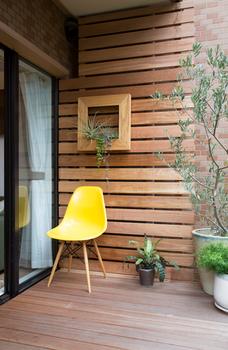 壁と黄色い椅子がいい感じのバルコニー.png