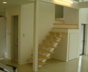 変わったデザインの手すりがない階段.png