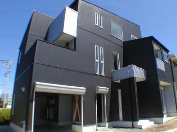 大きな黒い外壁の新築.png
