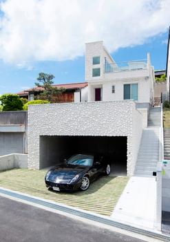 大豪邸とスポーツカーとガレージ.png