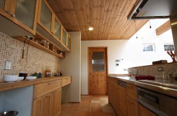 天井も無垢の木でできているキッチン.png