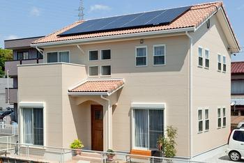 太陽光発電ソーラーパネルが付いたシンプルハウス.png