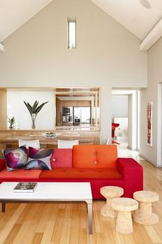 屋根の形とソファと椅子がかわいいインテリアの内装.png