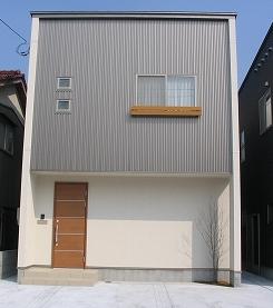 形も造りも個性的なおしゃれな新築一戸建て外観.png