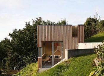 斜面にそびえ立つかっこいい家は自然の中に.png