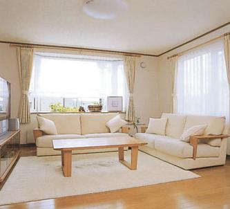 普通だけどなかなか素敵、ソファに囲まれている感じが良い.png