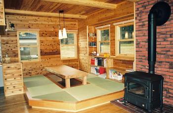 暖炉と木の壁が最高にかっこいい畳部屋の内装.png