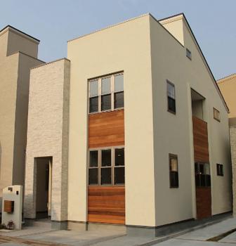 木目調の外観デザインの新築一戸建て.png