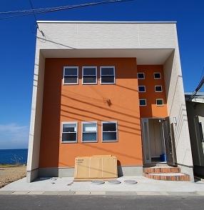 海沿いのビーチ近くにある家画像.png