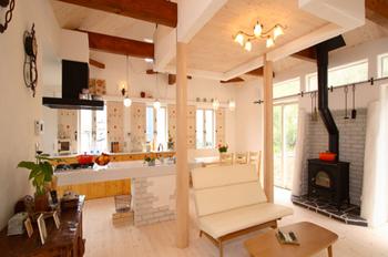 無添加住宅の家の暖炉とキッチンが好き.png