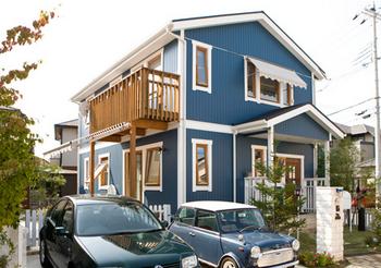 紺色っぽい外壁のスウェーデンハウス外観画像.png