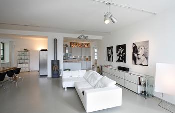 絵と暖炉とスペースの使い方が個性的.png