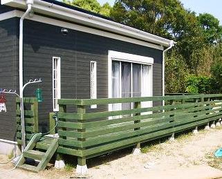 緑の平屋のウッドデッキ画像.png