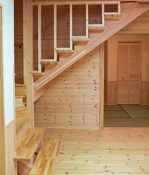 自然素材の家のリビング階段.png