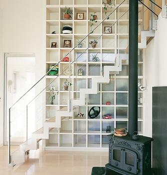 階段と収納と暖炉のコラボレーション.png