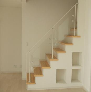 階段の手すり部分が素敵で下には収納スペースも.png