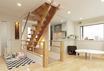 階段の構造の工夫で光が射す.png