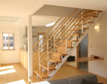 階段下のスペースも有効に使っているリビング.png