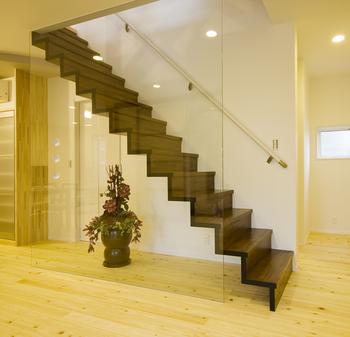 階段横のガラスが綺麗.png