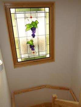 階段踊り場にあるステンドガラスの3層窓.png