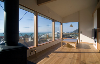 高台から海が見える暖炉の家.png