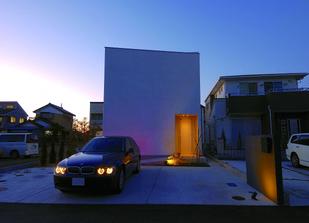 BMWとスタイリッシュでおしゃれな家の外観.png