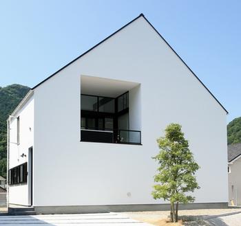 シンプルな三角屋根の家の外観.png
