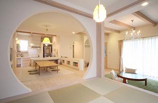 和室と入口の丸形がおしゃれすぎる内装の家.png