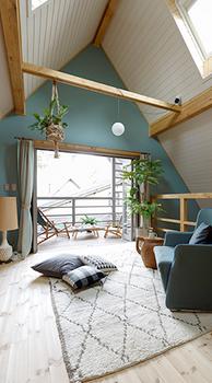 明るい三角屋根の部屋.png