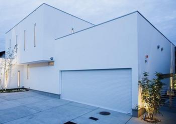 白いガレージハウス.png