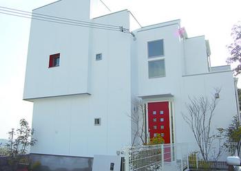 赤い玄関ドアが特徴のかっこいい外観住宅.png
