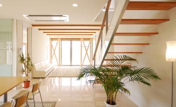 開放的なデザイン注文住宅のリビングルーム.png