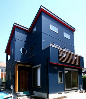 青い外壁に丸い小窓.png